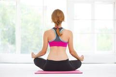 Mulher bonita nova que faz a ioga Fotos de Stock Royalty Free