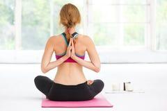 Mulher bonita nova que faz a ioga Foto de Stock