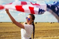 Mulher bonita nova que guarda a bandeira dos EUA Imagens de Stock Royalty Free