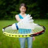 Mulher bonita, nova que joga o badminton Imagens de Stock