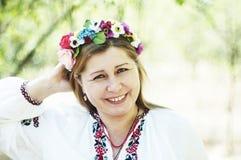 Mulher bonita nova que levanta na grinalda 40 floral bonita sobre o Foto de Stock Royalty Free