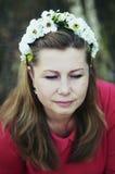 Mulher bonita nova que levanta na grinalda 40 floral bonita sobre o Imagem de Stock