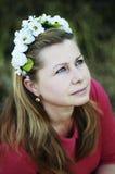 Mulher bonita nova que levanta na grinalda 40 floral bonita sobre o Imagens de Stock Royalty Free