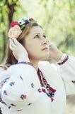 Mulher bonita nova que levanta na grinalda 40 floral bonita sobre o Fotografia de Stock