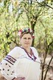 Mulher bonita nova que levanta na grinalda 40 floral bonita sobre o Fotos de Stock Royalty Free