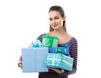 Mulher bonita nova que mantém caixas de presente isoladas no backg branco Foto de Stock
