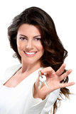 Mulher bonita nova que mostra chaves do apartamento Imagem de Stock