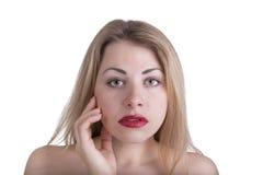 Mulher bonita nova que olha diretamente em você, acenando sua mão t Fotos de Stock Royalty Free