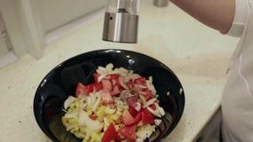 Mulher bonita nova que prepara uma salada na cozinha Polvilhe com o close up de sal vídeos de arquivo