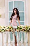 Mulher bonita nova que relaxa em um balcão imagens de stock royalty free