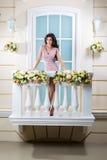 Mulher bonita nova que relaxa em um balcão fotos de stock royalty free