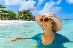 Mulher bonita nova que relaxa em uma praia foto de stock