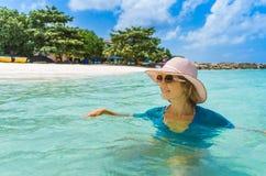 Mulher bonita nova que relaxa em uma praia imagem de stock