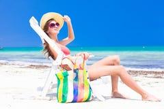 Mulher bonita nova que relaxa na praia foto de stock