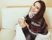 Mulher bonita nova que senta-se na cadeira confortável com café e imagens de stock royalty free