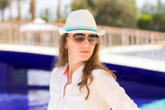 Mulher bonita nova que tem o abrandamento em férias de verão Fotos de Stock Royalty Free