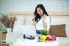 Mulher bonita nova que usa um laptop imagem de stock royalty free