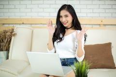 Mulher bonita nova que usa um laptop fotos de stock royalty free