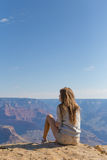 Mulher bonita nova que viaja, Grand Canyon, EUA Fotos de Stock Royalty Free