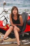 A mulher bonita nova senta-se no trike Fotografia de Stock