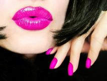 Mulher bonita nova 'sexy' com a composição cor-de-rosa dos bordos que envia um beijo foto de stock