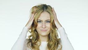 A mulher bonita nova tem uma dor de cabeça Vídeo em um fundo branco video estoque