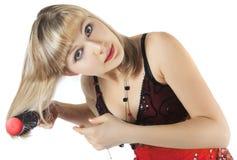 A mulher bonita o blonde penteia o cabelo Fotos de Stock Royalty Free