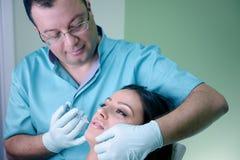 A mulher bonita obtém uma injeção em sua cara Fotos de Stock