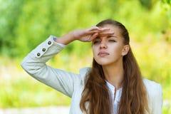 A mulher bonita olha na distância Imagem de Stock Royalty Free