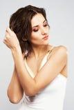 A mulher bonita põr seu cabelo molhado Imagem de Stock
