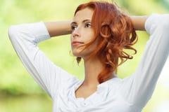 A mulher bonita põr sua cabeça Imagens de Stock
