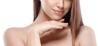 Mulher bonita Parte dos bordos, do queixo e dos ombros da cara A jovem mulher está tocando-se nqueixo pelos dedos Retrato do estú Fotografia de Stock