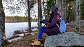 Mulher bonita pensativa que toma imagens nas madeiras da natureza coberto de neve video estoque