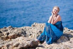 Mulher bonita perto do mar Foto de Stock Royalty Free