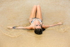 Mulher bonita perto do oceano Fotos de Stock