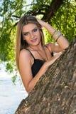 Mulher bonita perto do rio imagens de stock