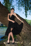 Mulher bonita perto do rio fotos de stock royalty free