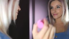 A mulher bonita pinta as pestanas vídeos de arquivo