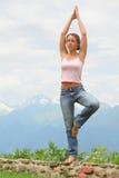 A mulher bonita pratica a ioga. imagens de stock royalty free