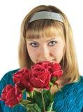 A mulher bonita prende o ramalhete de rosas vermelhas Foto de Stock Royalty Free