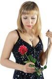 A mulher bonita prende rosas vermelhas imagem de stock royalty free