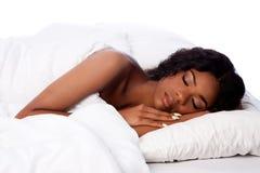 Mulher bonita profundamente adormecida e sonho Imagem de Stock