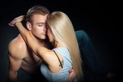 Mulher bonita que abraça um homem tiro isolado Imagens de Stock Royalty Free