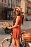 Mulher bonita que anda na cidade Fotografia de Stock