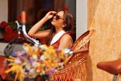 Mulher bonita que anda na cidade Imagens de Stock Royalty Free