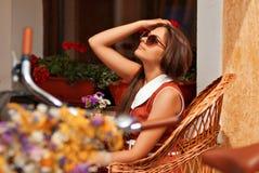 Mulher bonita que anda na cidade Imagens de Stock