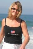 Mulher bonita que anda na praia Fotos de Stock