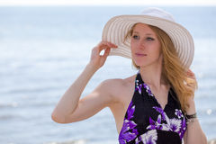 Mulher bonita que anda na praia Fotografia de Stock