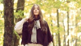 Mulher bonita que anda no parque e que aprecia a natureza bonita do outono Trabalho de arte da menina rom?ntica Mulher do outono  filme