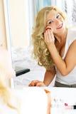 Mulher bonita que aplica a composição fotos de stock